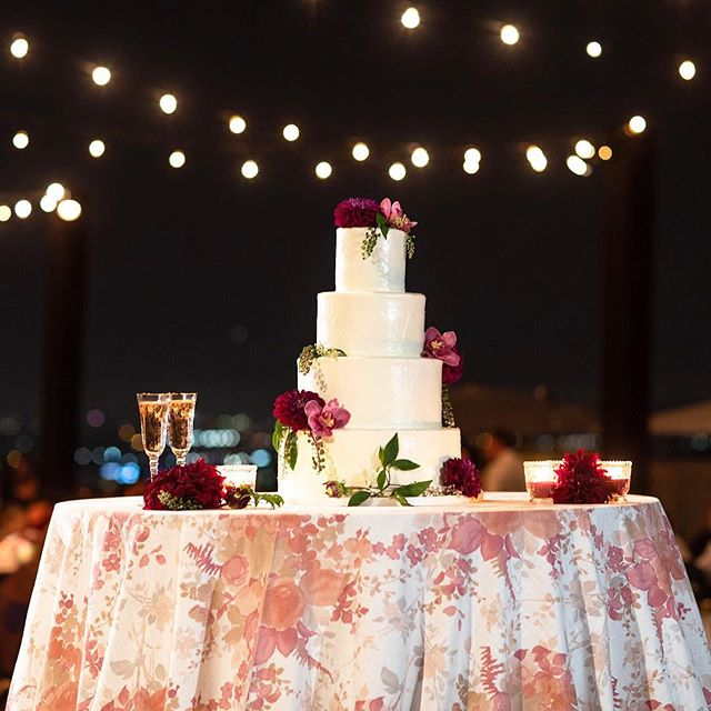 Life is a cake and love is the icing on top! 💗 Smooth buttercream perfection with fresh flowers, candles and beautiful linen to top it all. Don't forget to add the spotlight to this beauty! ✨ . Photo @norrisphoto | Cake @thebutterend | Lighting @thelightersidela | Linen @latavolalinen | Rentals @premiere_rents | Planner @belladestinee