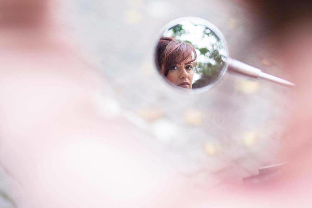 Vespeiro - Um copo de vinhotintono espelho da Vespaestacionada.Um olhar de vinhodormenterespiraas pernas.Uma mulherem chamas:A flamacomo passagem,o tempo lambendoa vida.Ilana EleáImagem: Lumeah Photography