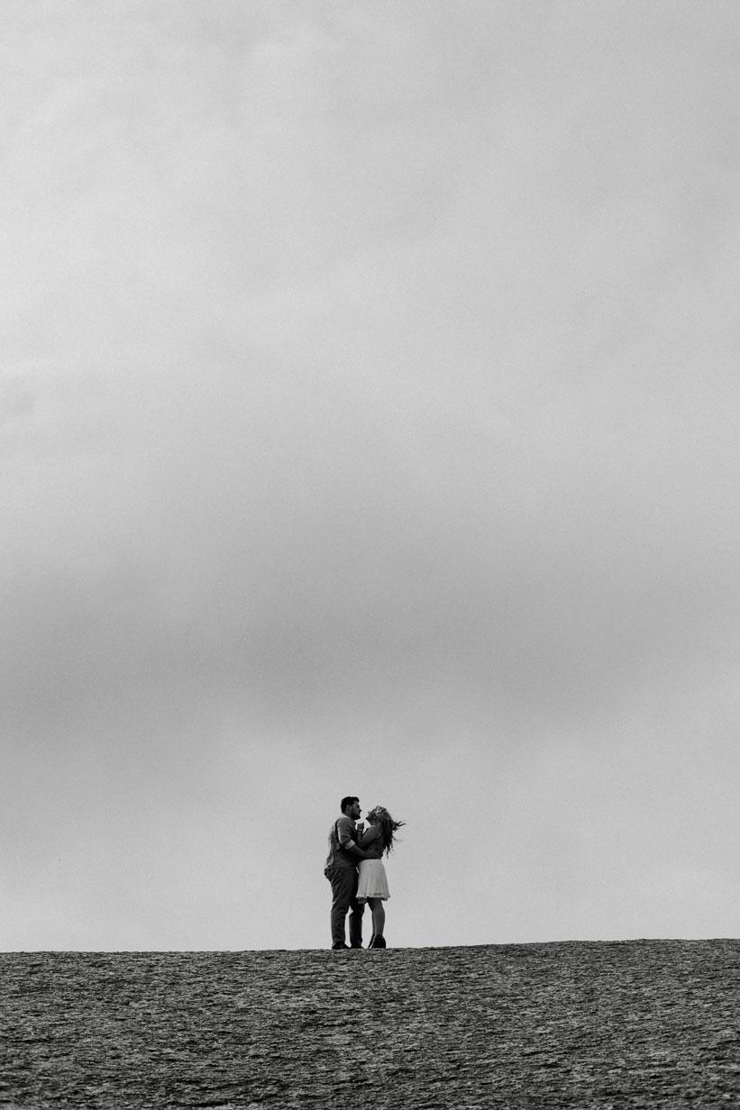 Desde o momento em que começamos a planejar o nosso casamento, umas das coisas que mais importava era a qualidade, a maneira e a sensibilidade com que seriam feitos os registros do nosso grande dia. Mesmo antes de fechar espaço, buffet, decoração e etc. visitamos VÁAARIOS estúdios de foto e filmagem mas nenhum deles nos trouxe paz e a certeza de que tudo seria feito como sonhávamos, até que a Fuca Filmes apareceu na nossa vida e fez tudo mudar! 😍😍 Aos 45 do segundo tempo (literalmente, pois nos casaríamos em Novembro e nossa primeira reunião foi em Setembro :OO) encontramos esses lindos, que além de preço justo, conquistaram nossos corações e confiança! Em todos os momentos foram sempre muito claro e flexíveis em nos ajudar e fazer com que ficássemos em paz com o serviço prestado... e acho que não preciso dizer mais muitas coisas, afinal nosso vídeo tem 108 mil visualizações 👏😄🎥💟. Fuca e Jana, obrigado por registrar nosso dia com tanto amor e pela amizade que esse