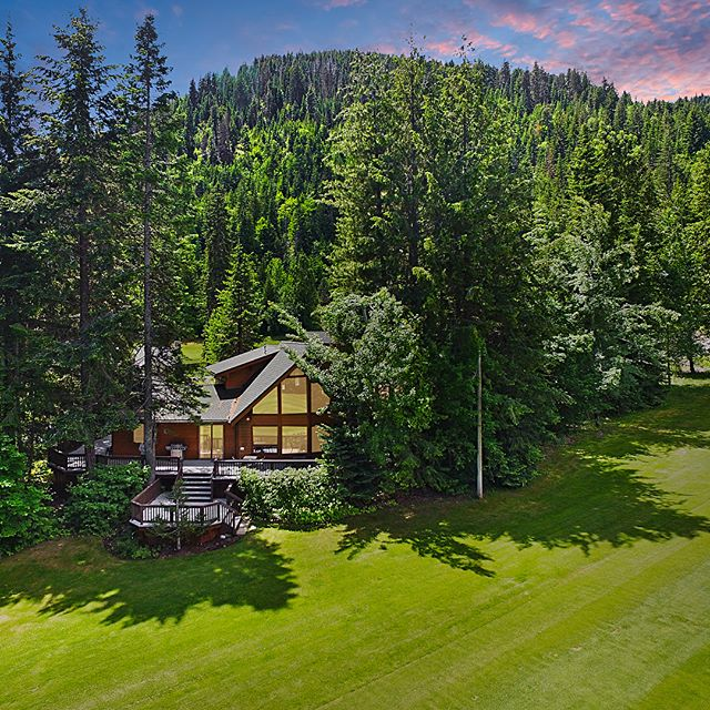 """PRESENTING """"Miracle Mile Retreat""""- on the 9th hole of the Kahler Glen Golf Course. Fully furnished throughout, this home generates excellent rental income! Golf in the summer, ski all winter, Leavenworth year round, and Lake Wenatchee just minutes away 🎿 ⛳️ LINK IN PROFILE 🏌️"""