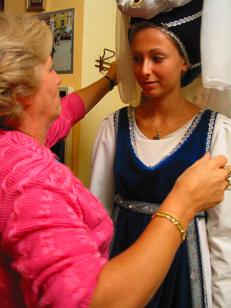 Ines Manissero dressing Valentina Moretto, this year's queen of the  palio , in the colors of San Lorenzo