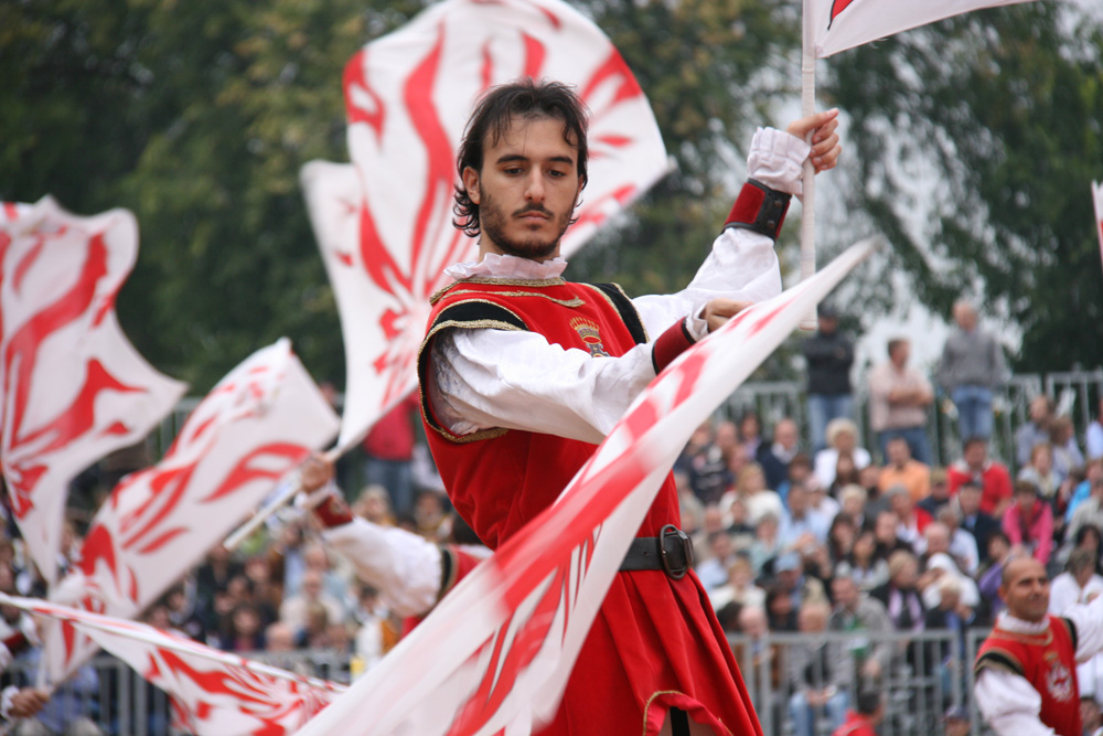 A s bandieratori  of Alba   performs