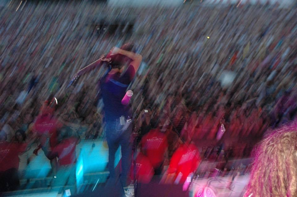 falls crowd blur