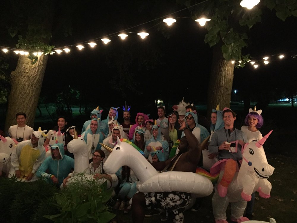 仮装パーティ。ユニコーンのコスチュームを着た方達。