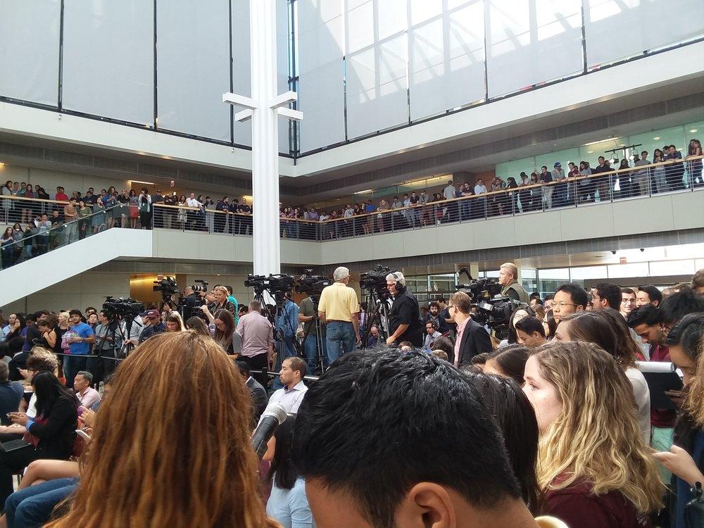 生徒及びマスコミ。Harper Centerってこんなに人が入るんだ、というぐらい人が多かったです