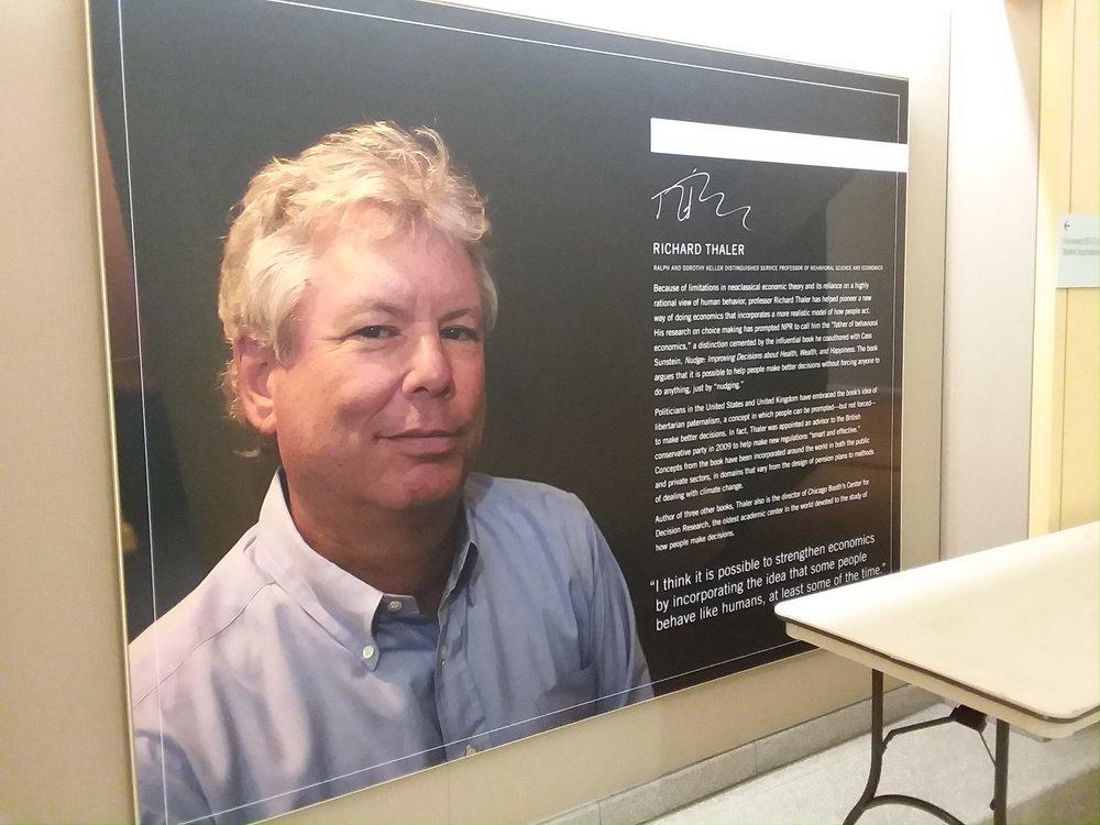 Harper Centerの壁に貼ってある、Thaler教授の紹介。彼以外の教授も沢山紹介されてます。