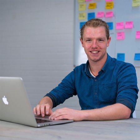 Evert Wilstra   Creatieve designer met 10 jaar praktijk ervaring als medebestuurder van Oerrock. Denkt altijd vanuit de praktijk. En één van de initiatiefnemers van veel goede ideeën waaronder Vrijwilligersplanner.nl