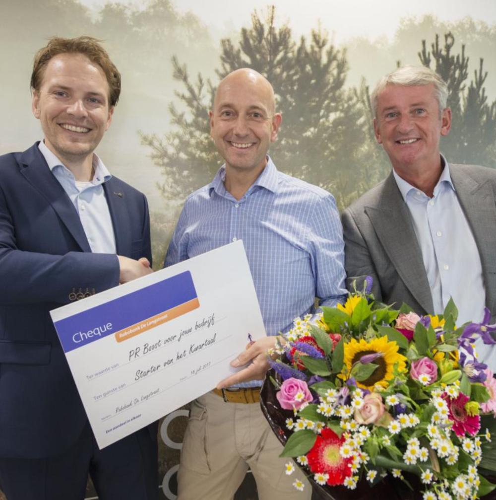 Marcel van Duinen ontvangt de prijs van de Rabobank