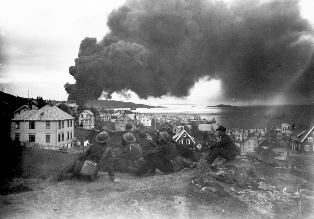 Bombing av tankanlegget i Samasjøen 1940.jpg