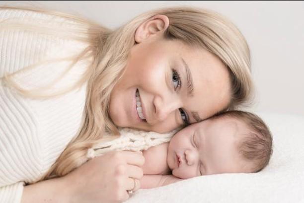 """""""Ellen er varm og fantastisk flink med de små! Vi angrer ikke på at vi prioriterte å gå til fotograf for å forevige vår lille familie""""⠀⠀⠀⠀⠀⠀⠀⠀⠀ -Helene Ragnhild⠀⠀⠀⠀⠀⠀⠀⠀⠀ .⠀⠀⠀⠀⠀⠀⠀⠀⠀ .⠀⠀⠀⠀⠀⠀⠀⠀⠀ .⠀⠀⠀⠀⠀⠀⠀⠀⠀ .⠀⠀⠀⠀⠀⠀⠀⠀⠀ .⠀⠀⠀⠀⠀⠀⠀⠀⠀ .⠀⠀⠀⠀⠀⠀⠀⠀⠀ .⠀⠀⠀⠀⠀⠀⠀⠀⠀ .⠀⠀⠀⠀⠀⠀⠀⠀⠀ .⠀⠀⠀⠀⠀⠀⠀⠀⠀ .⠀⠀⠀⠀⠀⠀⠀⠀⠀ .⠀⠀⠀⠀⠀⠀⠀⠀⠀ .⠀⠀⠀⠀⠀⠀⠀⠀⠀ .⠀⠀⠀⠀⠀⠀⠀⠀⠀ .⠀⠀⠀⠀⠀⠀⠀⠀⠀ . #babyfotograf #babylykke #familielykke #familie #gravidfoto #gravid #fotografering #minner #lykke #lykkelig #nesodden #foreldreogbarn #studiostarberg"""