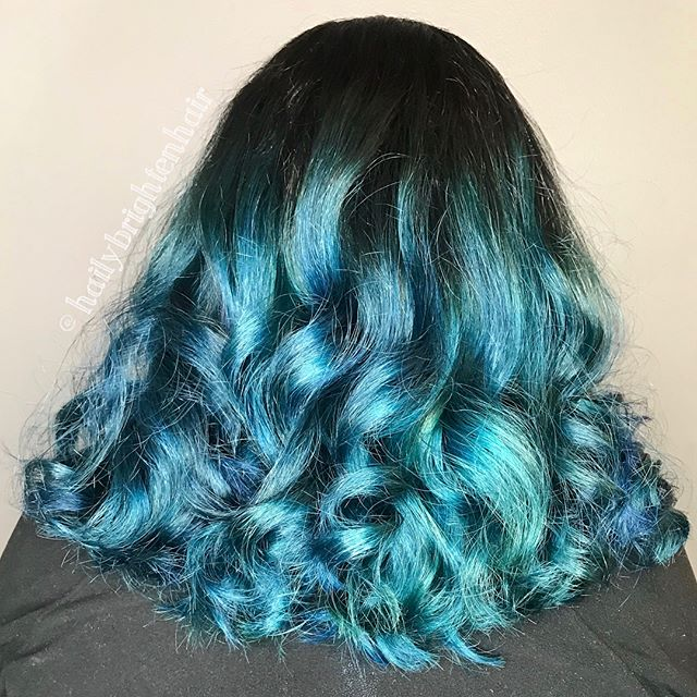 Cha cha cha changes! 💙💚 Hair by @hailybrightenhair  Swipe for the before  #salonagape #blue #teal #downtownstcil #stcharles #stcharlesil #tealhair #bluehair #balayage #balayageombre #ombre #curls #pulpriot #alfaparfmilano #alfaparfusa #unitehairoftheday #unitehair