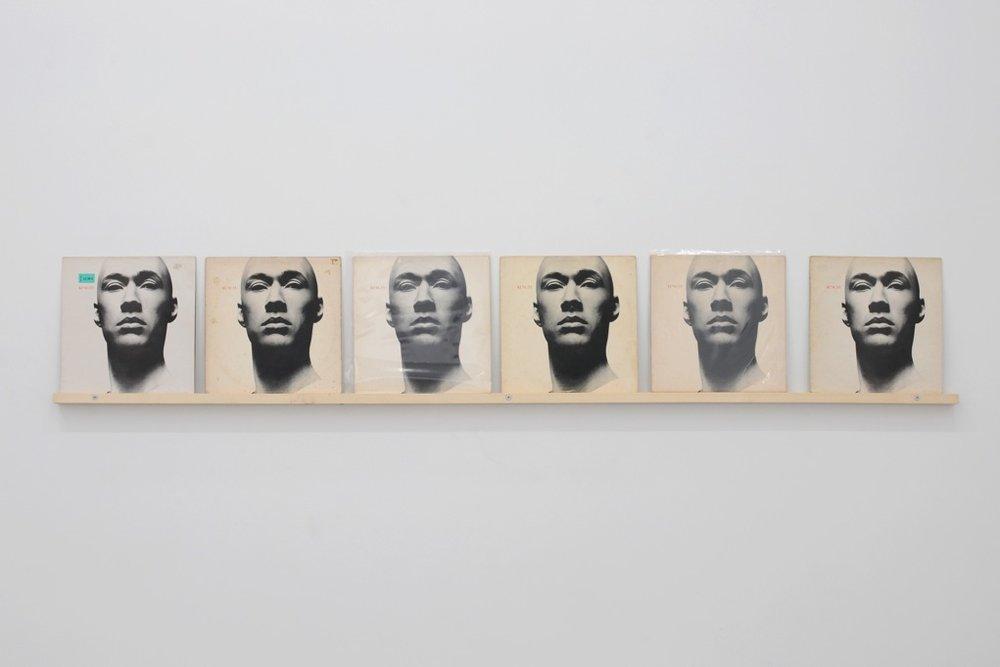 Jacques André,  Achat à répétition n°95 , 2013, 6 exemplaires de « Kung Fu », wea records ltd, 1979, étagère en bois installée à 150 cm de hauteur, 34 x 210 cm