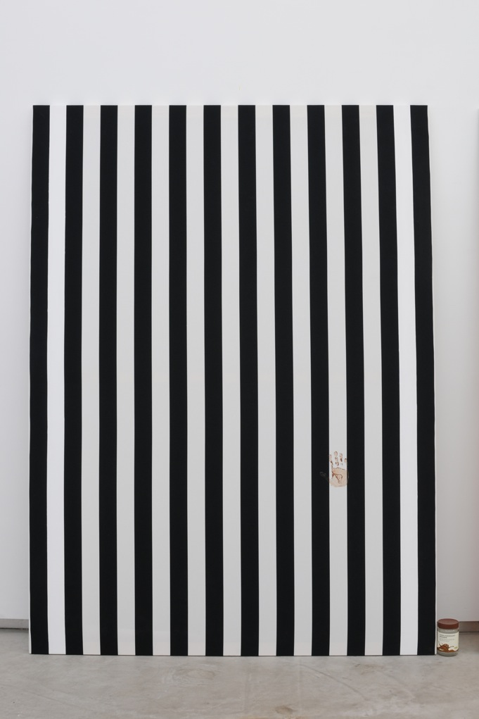 Jacques André,  Nicole V (Peinture et pot de confiture) , 2013, Peinture acrylique blanche sur toile de coton à rayures blanches et rouges, alternées et verticales de 6cm de large chacune, empreinte de confiture d'airelles  Peinture: 190 x 140 cm  Pot de Confiture : 11,5 x 7,5 cm