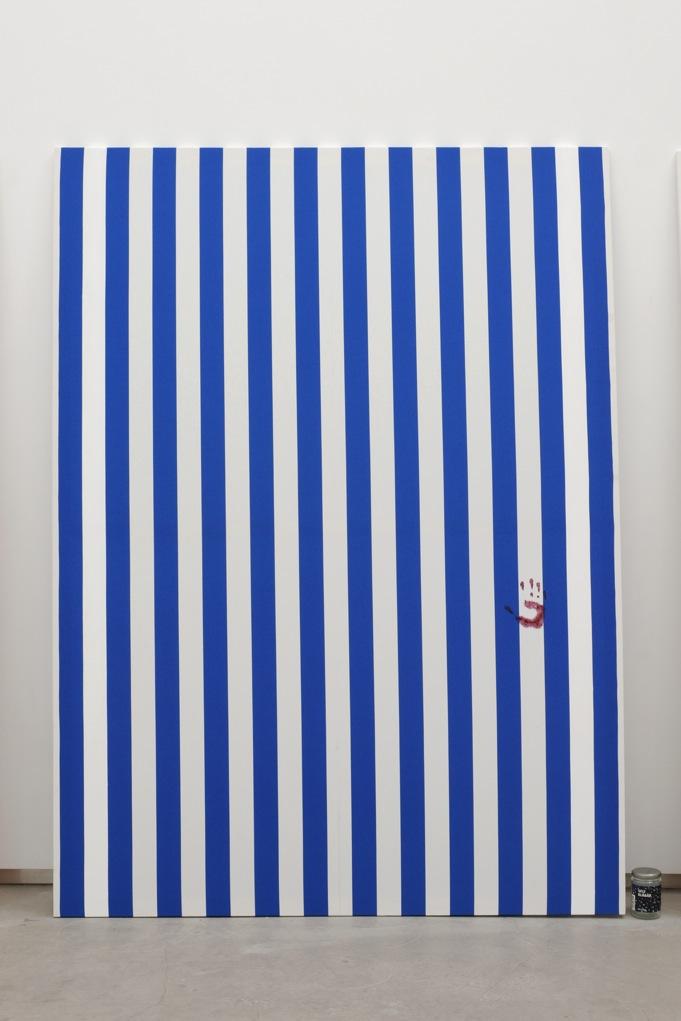 Jacques André,  Nicole III (Peinture et pot de confiture) , 2013, peinture acrylique blanche sur toile de coton à rayures blanches et bleues, alternées et verticales de 6cm de large chacune, empreinte de confiture de myrtilles . Peinture: 190 x 140 cm/ Pot de Confiture : 11,5 x 7,5 cm