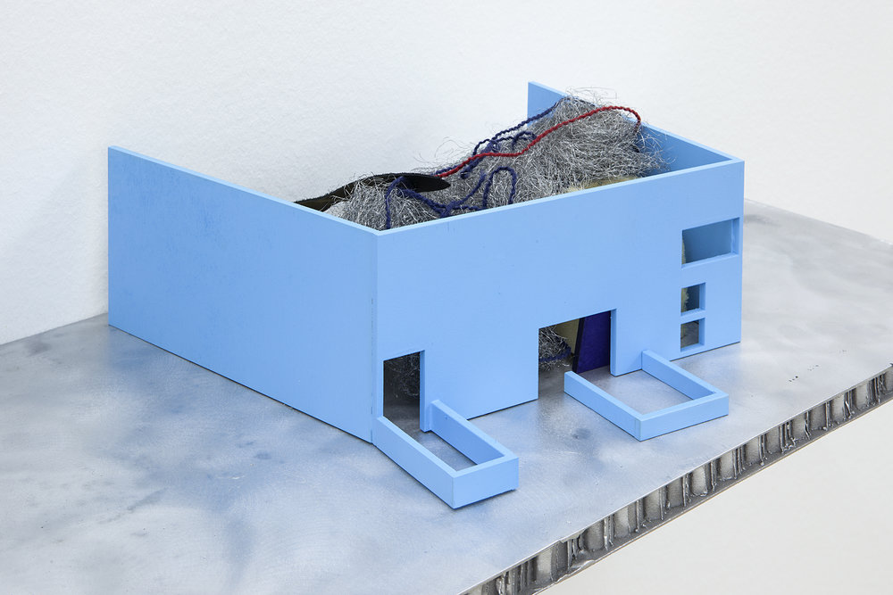 Jean-Pascal Flavien : short story house: house with things behind, 2014, Courtesy l'artiste et Esther Schipper, Berlin, Photo : © Andrea Rossetti