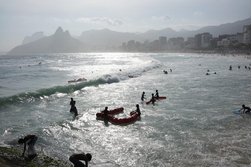 Janaina Tschäpe , Melantropics , Praia de Arpoador, Rio de Janeiro,   performance, September 30th 2018