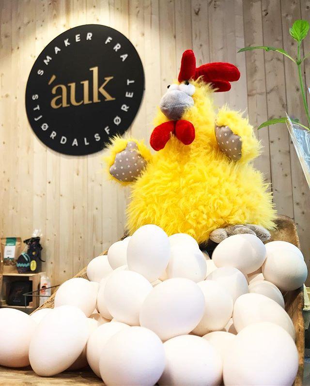 Påskeeggene kjøper du hos oss! Vi har dagsferske egg fra @julsethostre, og for hver pakke egg du kjøper, er du med i trekningen av selveste gullegget, et gavekort på @torgkvartalet på  kr. 1.000,- 🥚🥚🥚🥚🥚Vinneren trekkes 17.april 🌞 #påskeegg