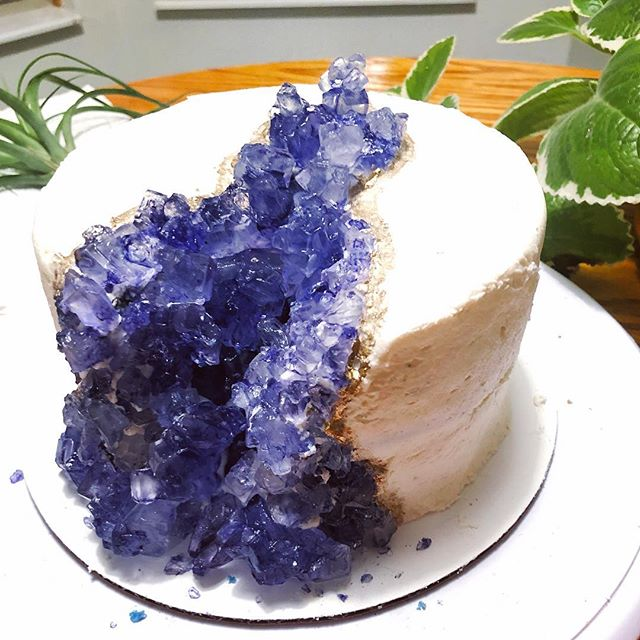 Gems for a gem! A sugar geode beauty to celebrate our crystal lovin' friend! #sundayscakery #geodecake #cbusfoodscene