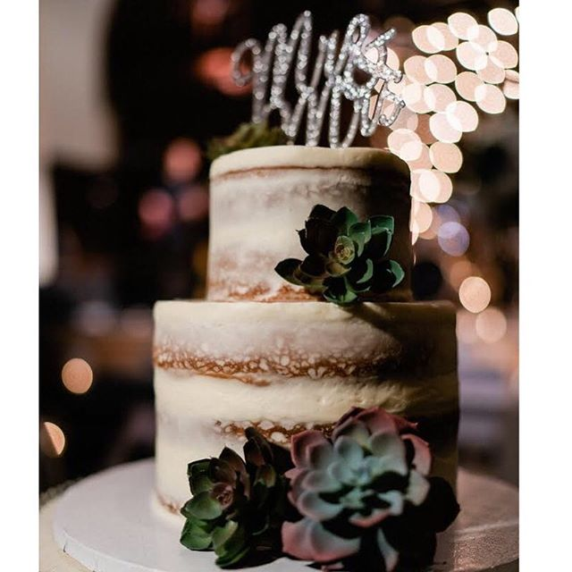 A beautiful winter wedding to celebrate Caitlin & Ryan❄️. Thanks to @chrisbowmanphotography for capturing this beautiful image of the cake! And thanks to @the_bluestone for looking so magical ✨✨. #snowstormwhat #sundayscakery #thebluestone #614bride #cbusweddings