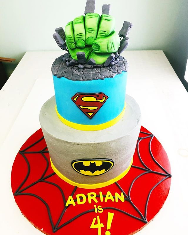 It's a bird, It's a plane, It's Adrian's Birthday!🦸‍♂️. He celebrated with the ultimate super hero cake! 🕷🦇👓🧤 Don't mess with the green guy... #sundayscakery #asseenincolumbus #superheroparty #cbusfoodscene