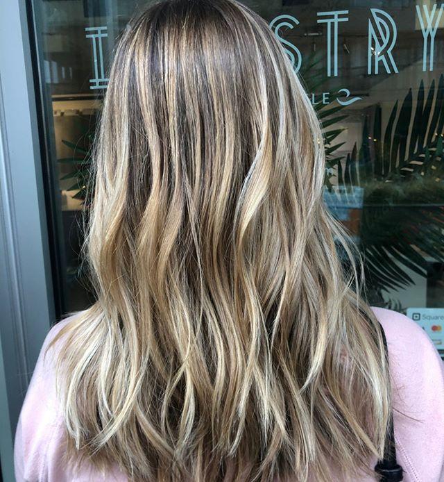 Dimension on dimension! 😱👏 Beautiful balayage done by stylist, Narin! ⠀⠀⠀⠀⠀⠀⠀⠀⠀ .⠀⠀⠀⠀⠀⠀⠀⠀⠀ .⠀⠀⠀⠀⠀⠀⠀⠀⠀ .⠀⠀⠀⠀⠀⠀⠀⠀⠀ .⠀⠀⠀⠀⠀⠀⠀⠀⠀ .⠀⠀⠀⠀⠀⠀⠀⠀⠀ .⠀⠀⠀⠀⠀⠀⠀⠀⠀ #industrysalonseattle #seattle #seattlehair #seattlehairsalon #seattlehairstylist #hair #hairporn #hairgoals #behindthechair #modernsalon #hotonbeauty #btcpics #americansalon  #balayage #balayageandpainted #mastersofbalayage #redken #redkencolor #redkenshadeseq #hairideas #blonde #blondehair #blondeaf #blondebalayage #highlights #beautifulhair