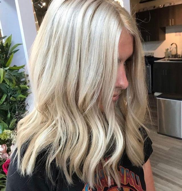 It's blonde season! 👩🦳 AMAZING! Book your foiliyage session with associate stylist, Kate, to look this stunning! @katethegreathair⠀⠀⠀⠀⠀⠀⠀⠀⠀ .⠀⠀⠀⠀⠀⠀⠀⠀⠀ .⠀⠀⠀⠀⠀⠀⠀⠀⠀ .⠀⠀⠀⠀⠀⠀⠀⠀⠀ .⠀⠀⠀⠀⠀⠀⠀⠀⠀ .⠀⠀⠀⠀⠀⠀⠀⠀⠀ .⠀⠀⠀⠀⠀⠀⠀⠀⠀ .⠀⠀⠀⠀⠀⠀⠀⠀⠀ #industrysalonseattle #seattle #seattlehair #seattlehairsalon #seattlehairstylist #hair #hairporn #hairgoals #behindthechair #modernsalon #hotonbeauty #btcpics #americansalon  #balayage #balayageandpainted #mastersofbalayage #redken #redkencolor #redkenshadeseq #hairideas #blonde #blondehair #blondeaf #blondebalayage #highlights #beautifulhair