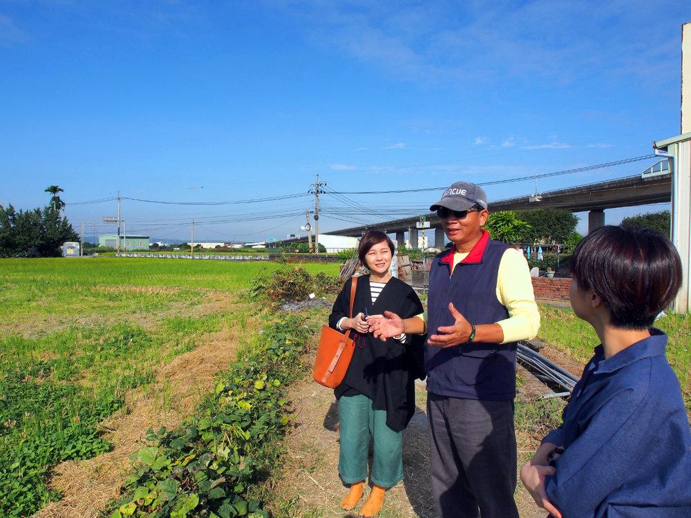 林大哥與我們分享著從農心得與田間管理知識