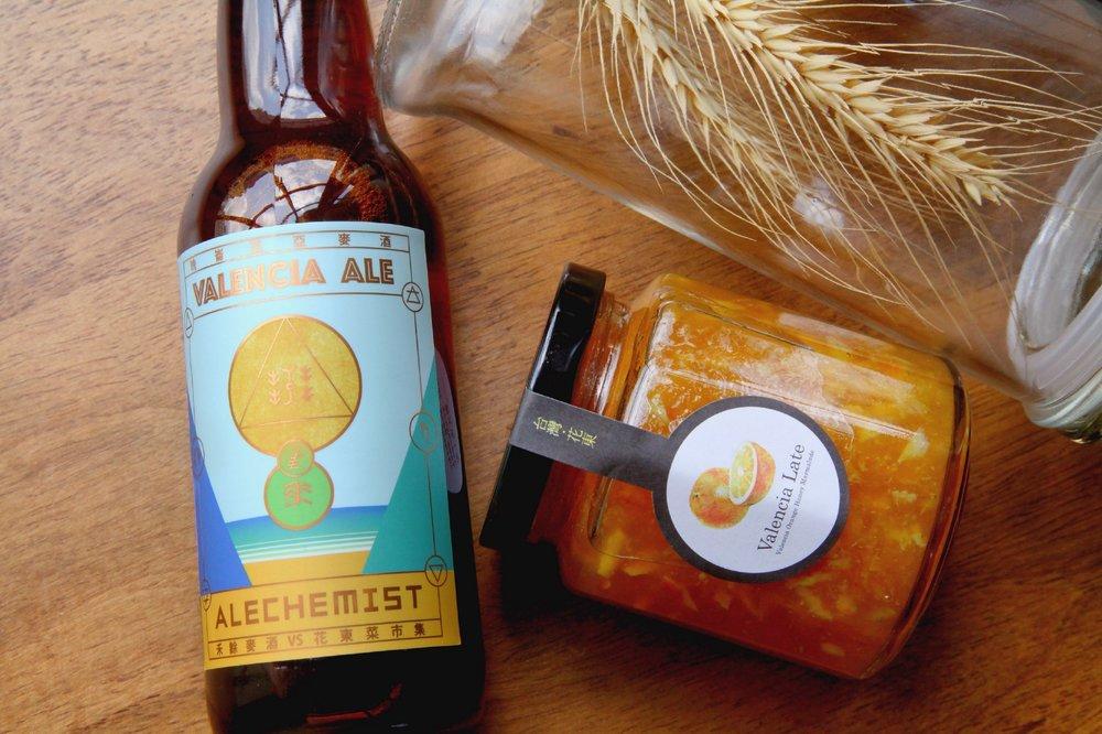 替禾餘和花東菜市集的聯名酒款「晚崙西亞麥酒」設計的酒標。設計費是以幾箱酒為代價,在茶館販售後變現 XD