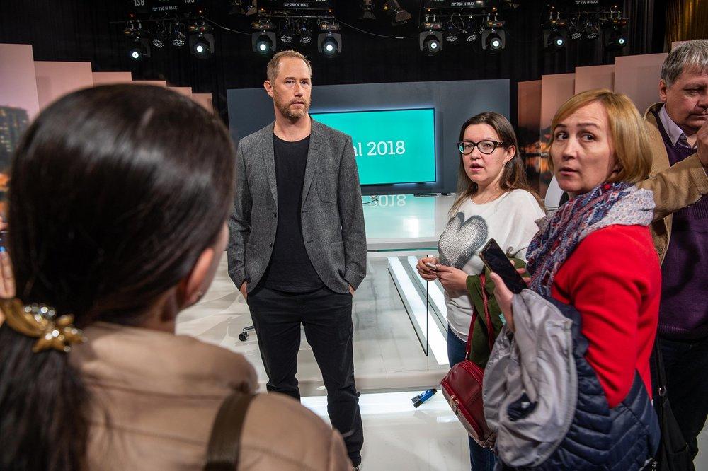 Redaktionsbesök vid SVT under förberedelserna för valvakan. Foto:   Erland Segerstedt