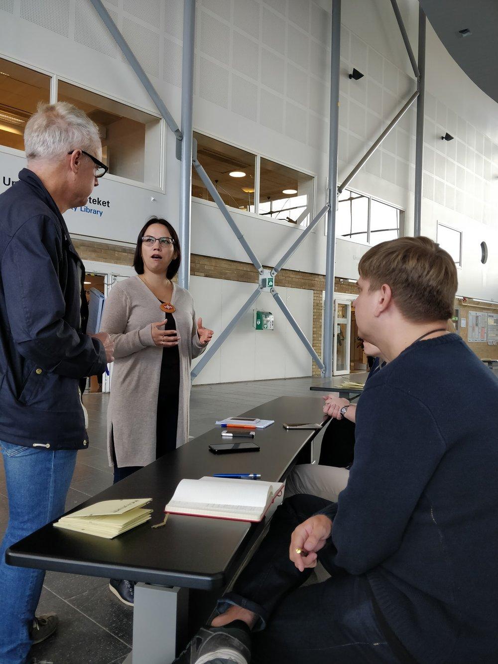Två ryska deltagare blir intervjuade via tolk av Västerbottens kuriren. Foto:   Erland Segerstedt