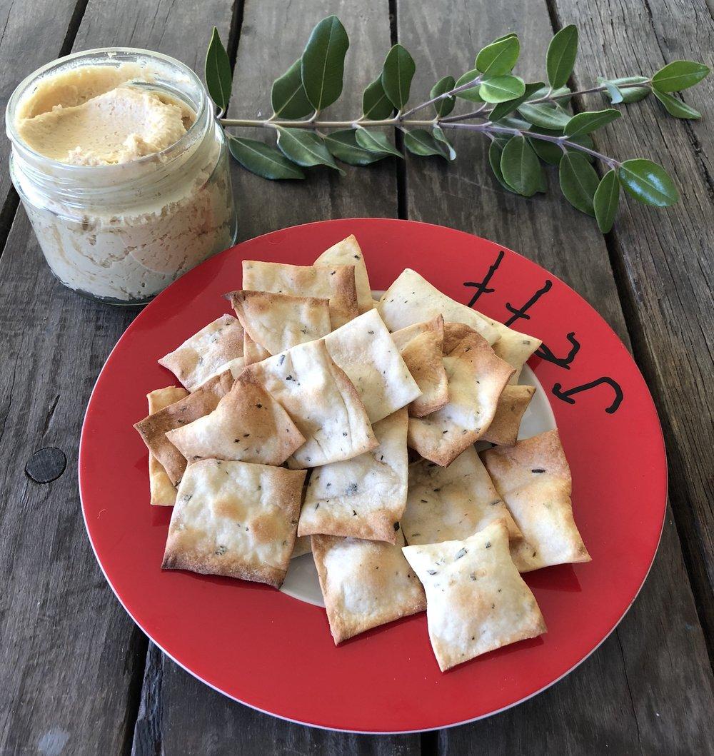 Homemade_Hummus_and_Crackers