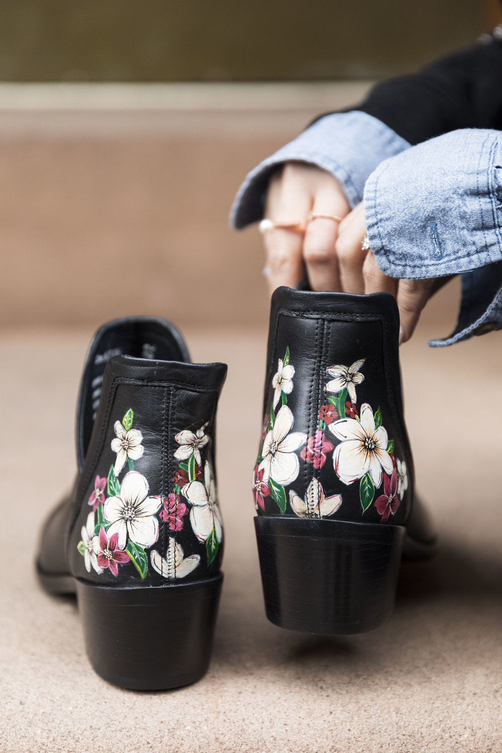 This pair of  Fika Garden boots  feature 100% hand-painted details.