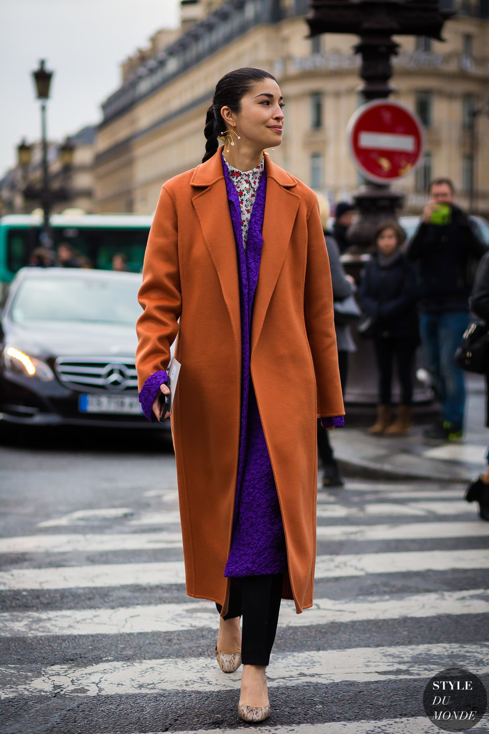 The contrasting colors of the two coats give this outfit more personality! Photo credit: Style du Monde.