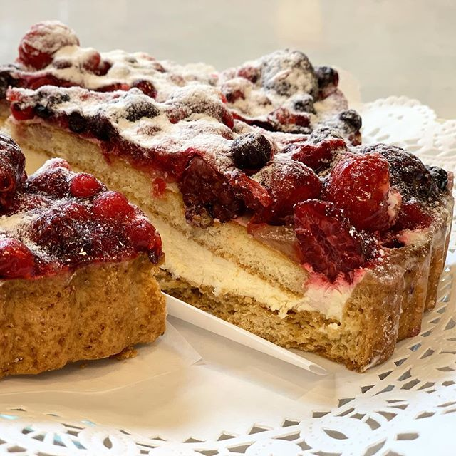 Nothing about today's weather says Spring. This makes up for it. Frutta di Bosco: short pastry base filled with Chantilly cream, topped with a layer of sponge cake and an assortment of berries.