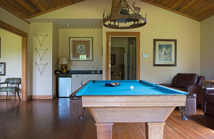 Shadow-Oak-Plantation-Bunkhouse-pool-table.jpg
