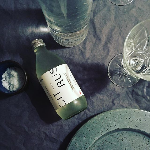 Weekend means dinner with friends 🌃 • • • #nonalcholic #tasty #lowsugar #organic #drinks #rus #waterkefir #citrus #lemon #lime #vandkefir #copenhagen #københavn #denmark #dinner #friday #refreshingdrink #happyfriday #weekend #ruswater #rusvandkefir #tibicos #fermented #lemonade #kefirsoda #fermenteretlæskedrik