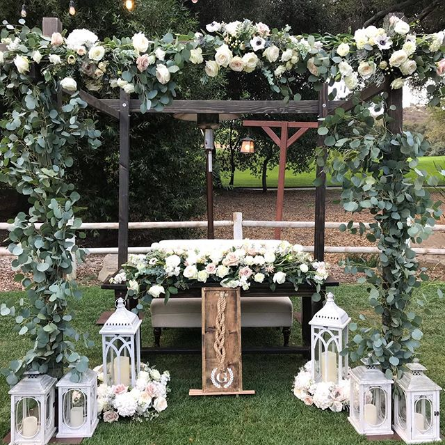 This sweetheart table set up was unbelievable!  Check out the vendors tagged in the pic for more info. ☺️ • • • • #planandsimpleevents #socalwedding #flowersbymaemae #rusticevents