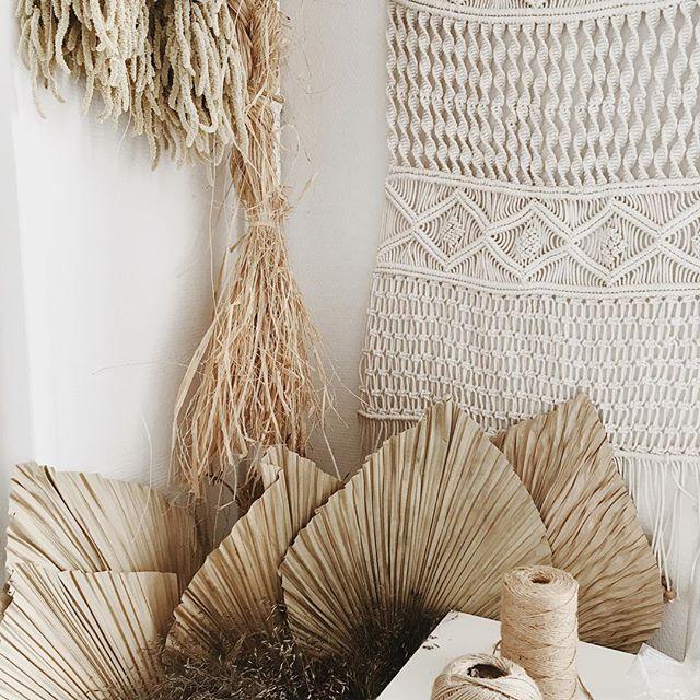My office🌻🌼 . . . . . . . #ilovemyjob #atelier #maker #artisan #raffia #driedflowers #driedflower #florist #macrame #palmleaf #naturelovers #workplace #atelierprairies
