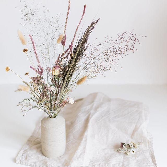 Hello toi 🌾 Photo @gaetanjargot . . . . . . . #soliflore #driedflowers #driedflower #fleurssechees #ceramics #driedflowerbouquet #flowers #boho #weddinginspiration #atelierprairies