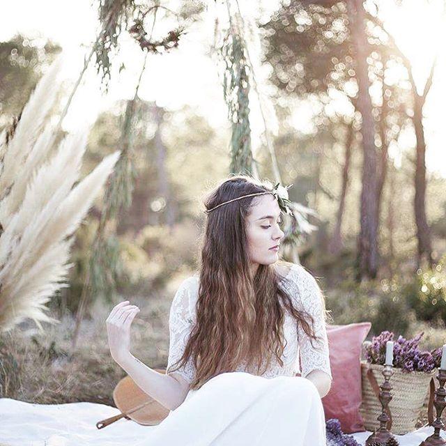 Gipsy set 🌸👰🏻✨ . . . . . #wedding #weddingday #bohobride #gipsy #coolbride #weddingflowers #weddinginspiration #outdoorwedding #gipsystyle #wildandfree #southoffrance #bride #atelierprairies #love #violettetannenbaum #goldenhour