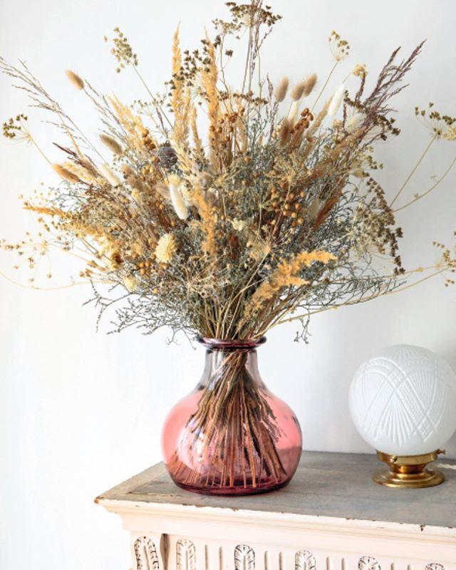 Mes conseils pour découvrir les fleurs séchées sont dans un livre @edition_marabout ! Retrouvez 15 projets DIY et un guide pour faire sécher les fleurs à la maison!  Le tout immortalisé par @Hervé_goluza 🌻 #proud