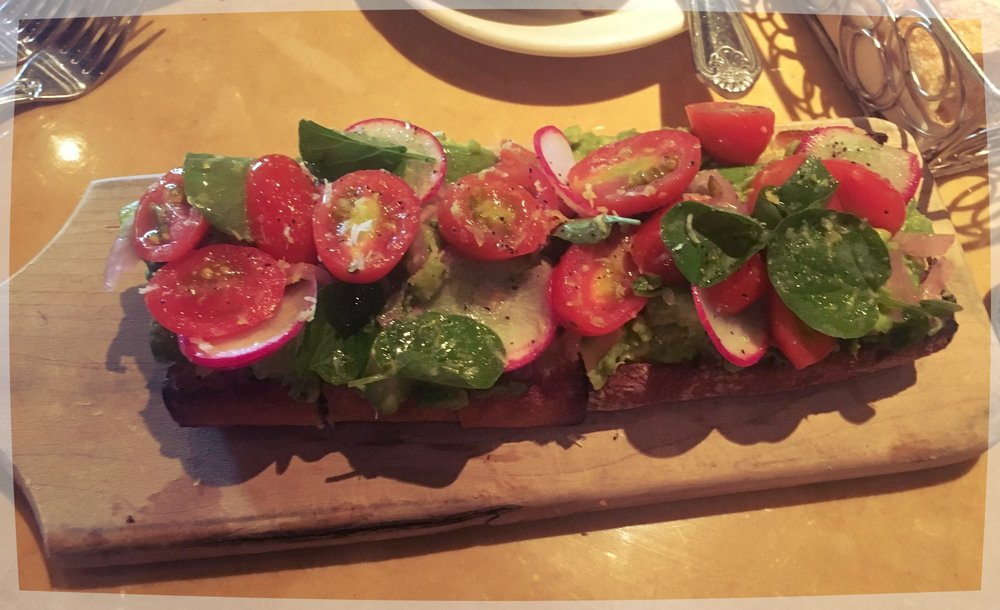 The Cheesecake Factory: Avocado Toast con Tomate, ¡una delicia!