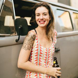 Bia Amorim  - Sommelière de Cervejas certificada pela Doemens e formada em Hotelaria, com pós em Gestão de Negócios em Serviços de Alimentação. Trabalha na área gastronômica desde 2001, e atuou como Gestora de Marketing da Cervejaria Colorado. Possui experiência como professora em faculdade de Gastronomia e pelo Science of Beer, e hoje é fundadora da revista Farofa Magazine e da agência Por Obséquio. Também atua como guia etílica, palestrante e colunista da Mixology News e Papo de Homem.
