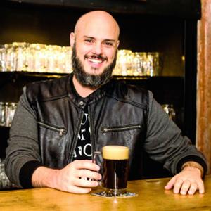 Rafa Moschetta  - Formado em Desenho Industrial, pós-graduado em Marketing pela ESPM e Sommelier de Cerveja certificado pela Doemens. Ingressou no mercado cervejeiro em 2011, quando atuou como Gestor de Marketing da Cervejaria Colorado por cerca de 3 anos. Hoje é proprietário da cervejaria Weird Barrel Brewing Co. e da Academia de Ideias Cervejeiras, estúdio de consultoria para cervejarias a qual promove os eventos IPA Day em Ribeirão Preto e A Pint With The Queen, em São Paulo.
