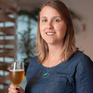 Laura Aguiar - Engenheira de Alimentos pela UFRGS com pós em Marketing pela ESPM e em Gestão de Projetos pela FGV, Técnica Cervejeira pelo SENAI, Mestre Cervejeira pela University of California Davis (EUA) e Sommelière pela ESCM / Doemens Akademie. Trabalha desde 2007 na indústria cervejeira, onde já atuou em maltarias e cervejarias nas áreas de processo, qualidade e desenvolvimento. Hoje é Mestre Cervejeira da Ambev e professora do curso de Sommelier de Cervejas na Escola Superior de Cerveja e Malte.