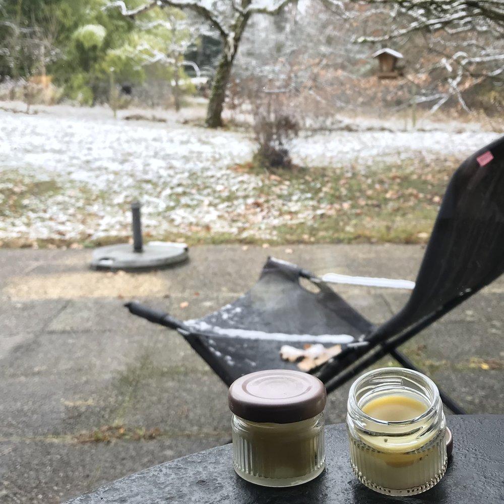 Baume à lèvres - – 5 g. de Beurre de Karité– 5 g. d'huile végétale (Coco, Amande douce, Olive...)– 2 g. de cire d'abeille– 2 gouttes d'extrait d'huile de pépins de pamplemousse ou d'huile de germe de blé (pour la conservation).