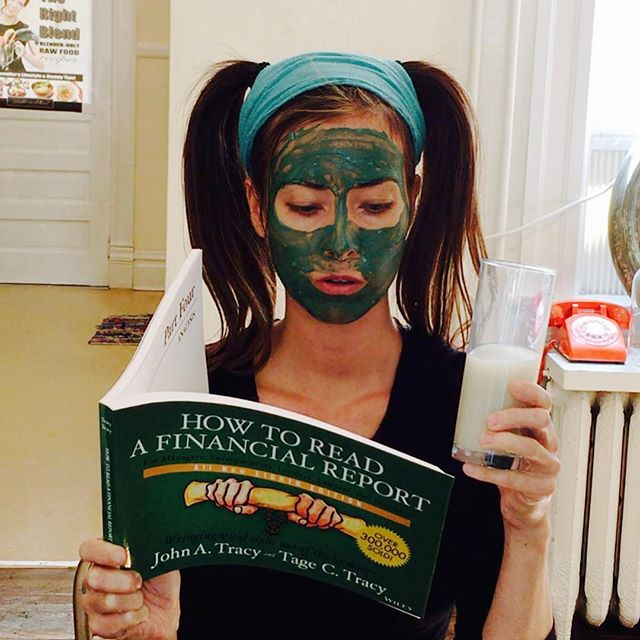 Nourish the mind and body // summer reading, facial mask, and bentonite clay with water for a complete detox. . . . . #bentoniteclay#bentoniteclaymask#jennifermac#bedeliciouslyhealthy#boiselife#boiseidaho#totallyboise#deliciouslyhealthy#feedthemind#nourishyourbody#idaholiving#valuetainment#bookoftheday#tailopezbookaday#chaseyourgreatness#thejennifermac#hustlemodeon