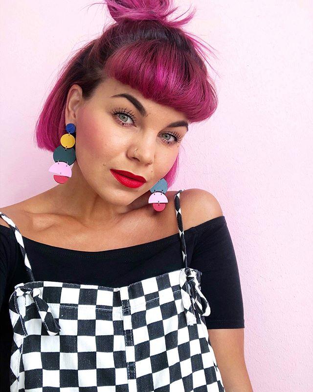 Denne inspirerende kvinde forstår at inspirere andre med hendes farverige univers, og vi får 🦋 i maven i alle regnbuens farver, når hun krydder hendes look med vores øreringe 😍 . . #cilluet #leather #weightless #madeindenmark #accessories #jewelry #earrings #tasselearrings #øreringe #håndlavedesmykker #smykkertilsalg #sterlingsilver #design #danskdesign #madeindenmark #style #handcrafted #bigearrings #handcraftedjewelry #colors #rainbow #statementearrings #fashion #lovethatlook
