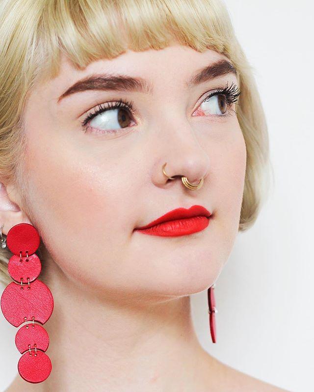 Se lige en skønhed for øjnene 😍 . . #cilluet #leather #weightless #madeindenmark #accessories #jewelry #earrings #tasselearrings #øreringe #håndlavedesmykker #smykkertilsalg #sterlingsilver #design #danskdesign #madeindenmark #style #handcrafted #bigearrings #handcraftedjewelry #colors #rainbow #statementearrings #fashion #lovethatlook #red