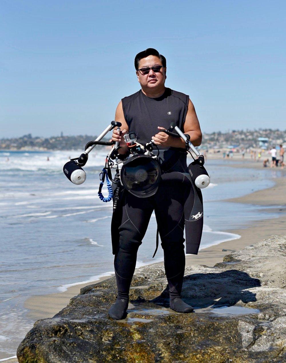 알렉스 서 (Alex Suh)   알렉스는 기업가이며, '죠스'가 영화관에서 처음 상영 되었을 때 자격있는 다이버가 되었습니다. 다른 사람들은 물 밖에 남아있었지만, 그는 물로 뛰어들었습니다. 수년간 상어 및 다른 큰 해양생물들과 함께 다이빙을 해왔습니다. 취미로 수중사진을 시작했고 자신을 아직까지 매일매일 배우고 있는 아마추어라고 생각합니다.  그는 매크로이미지를 찍으며 수중사진을 시작했으나 백상아리와 뱀상어 그리고 귀상어와 같은 다른 여러 종류의 상어와 함께 다이빙을 하기 시작하면서, 광각사진으로 전환 했습니다.  또한 그는 드론에서 360도 비디오촬영까지 다양한 형식을 즐기며, '360Fly'의 홍보대사이기도 합니다.  그는 'Save My Fins'를 구상했습니다. 그리고 자금 조달을 위해 이미지, 티셔츠 그리고 기타 작품을 판매하고, 이 모든 수익으로 이 프로젝트 및 바다와 상어를 보호하기 위한 긍정적인 동기로 다른 단체를 지원하고 있습니다.